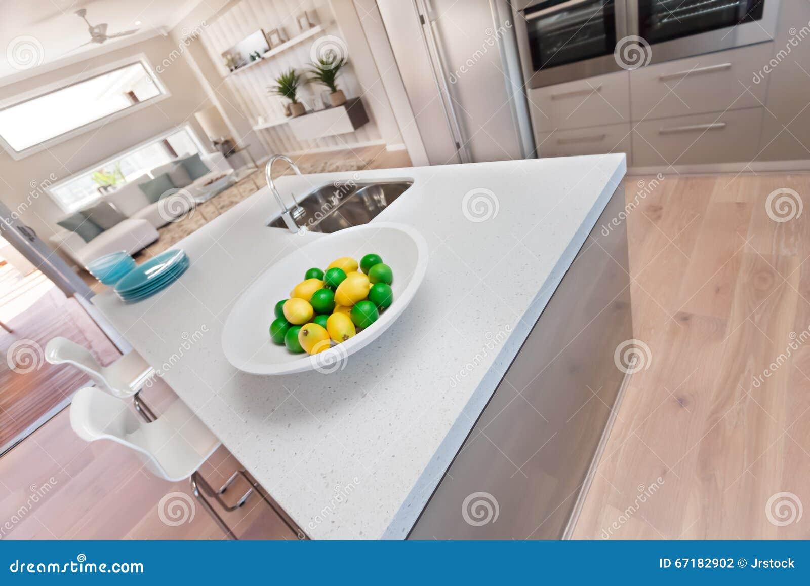 Citron på den vita plattan i det moderna köket