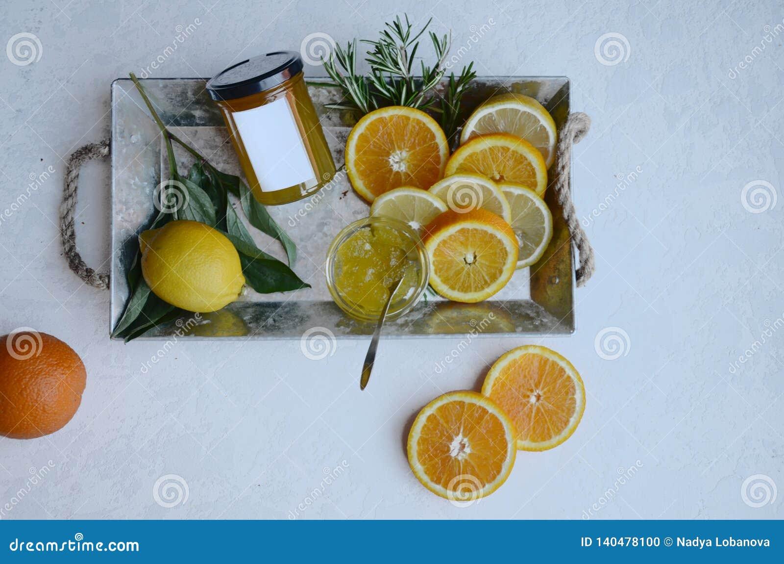 Citronapelsiner och orange driftstopp på en platta