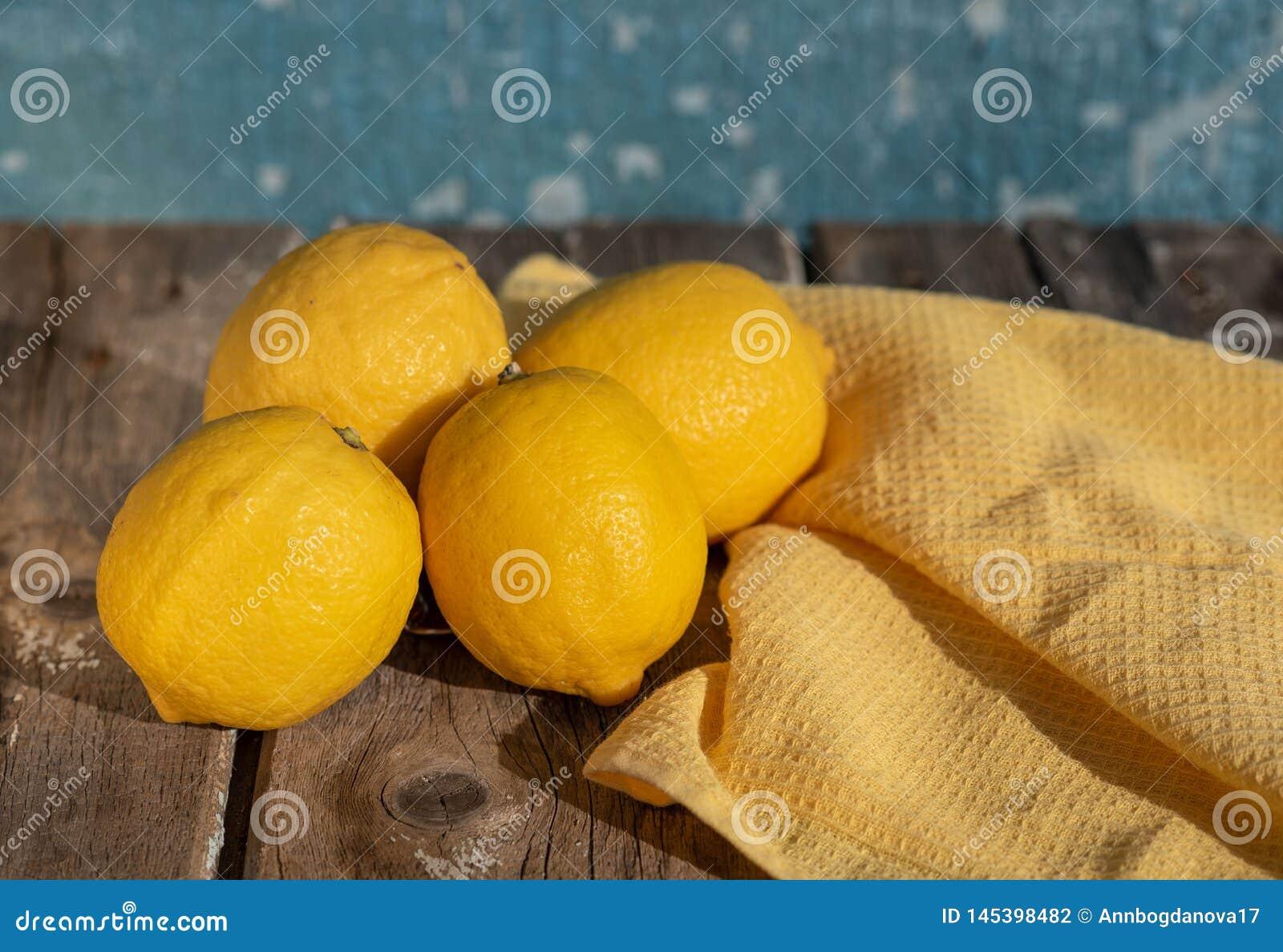 Citroner p? en bl? bakgrund