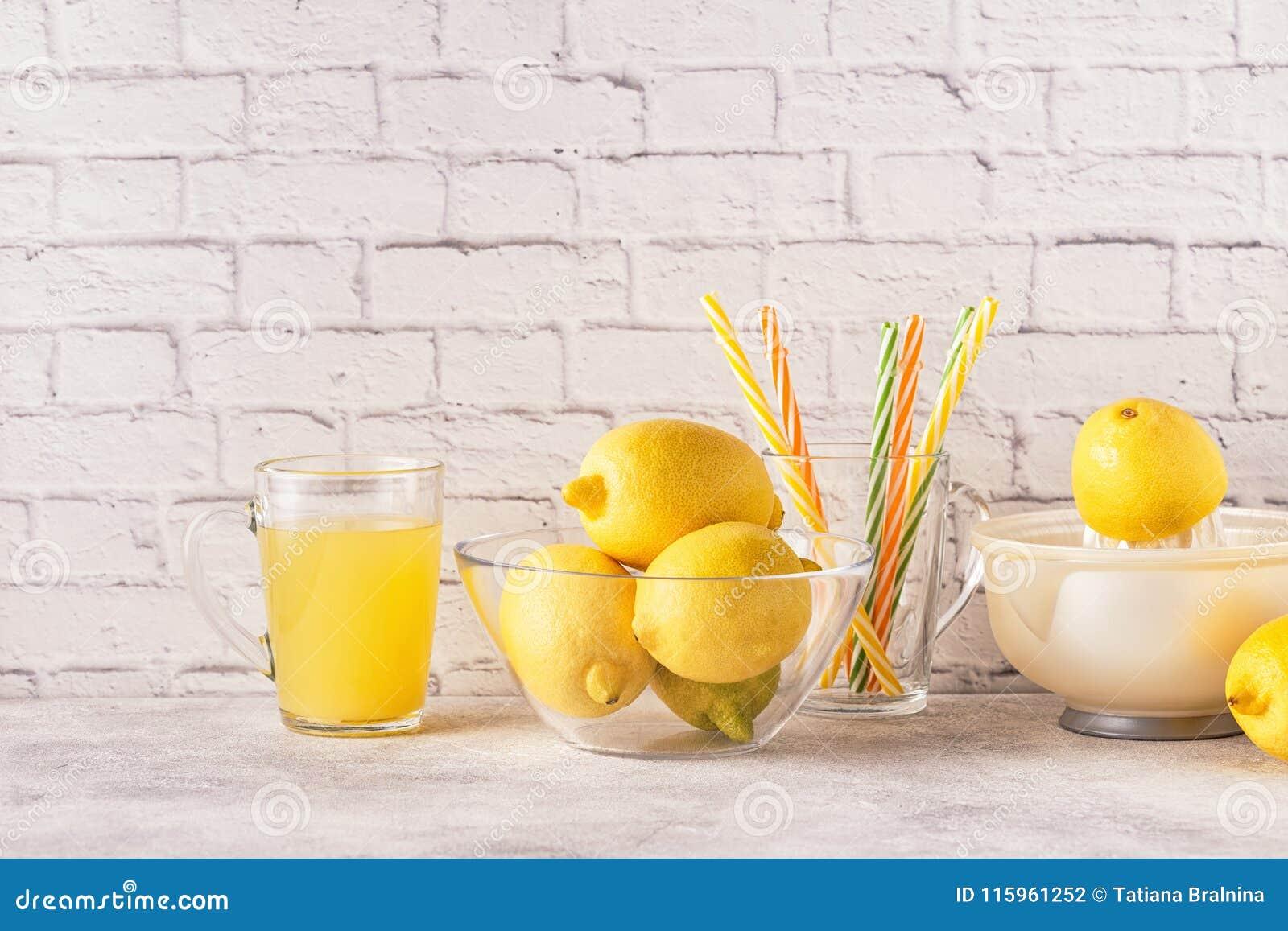 Citrons et presse-fruits pour faire le jus de citron