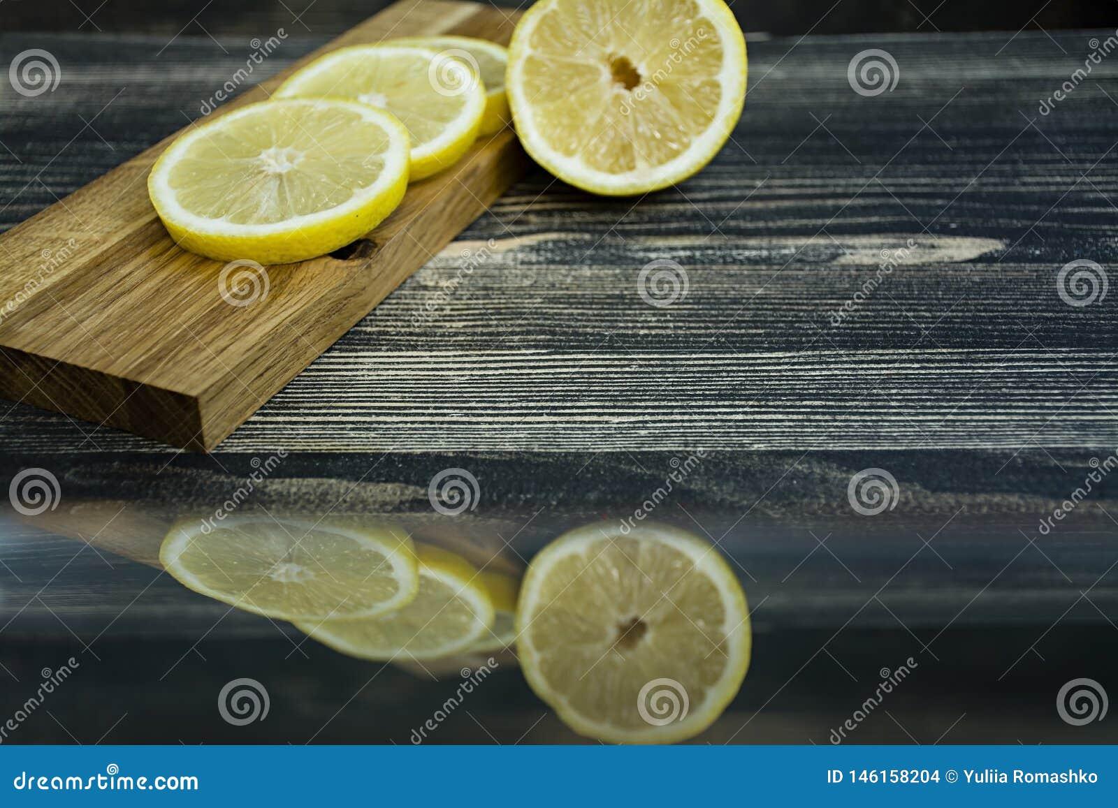 Citronskivor p? en tr?st?llning