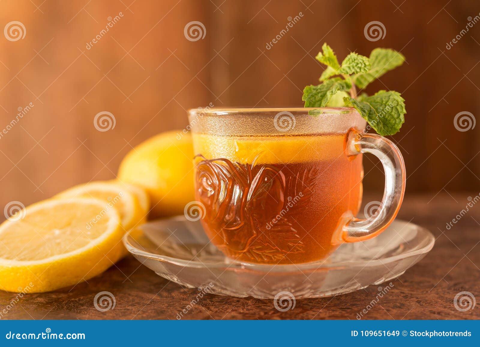Citronte - koppen av citronskivor med te och mintkaramellen spricker ut