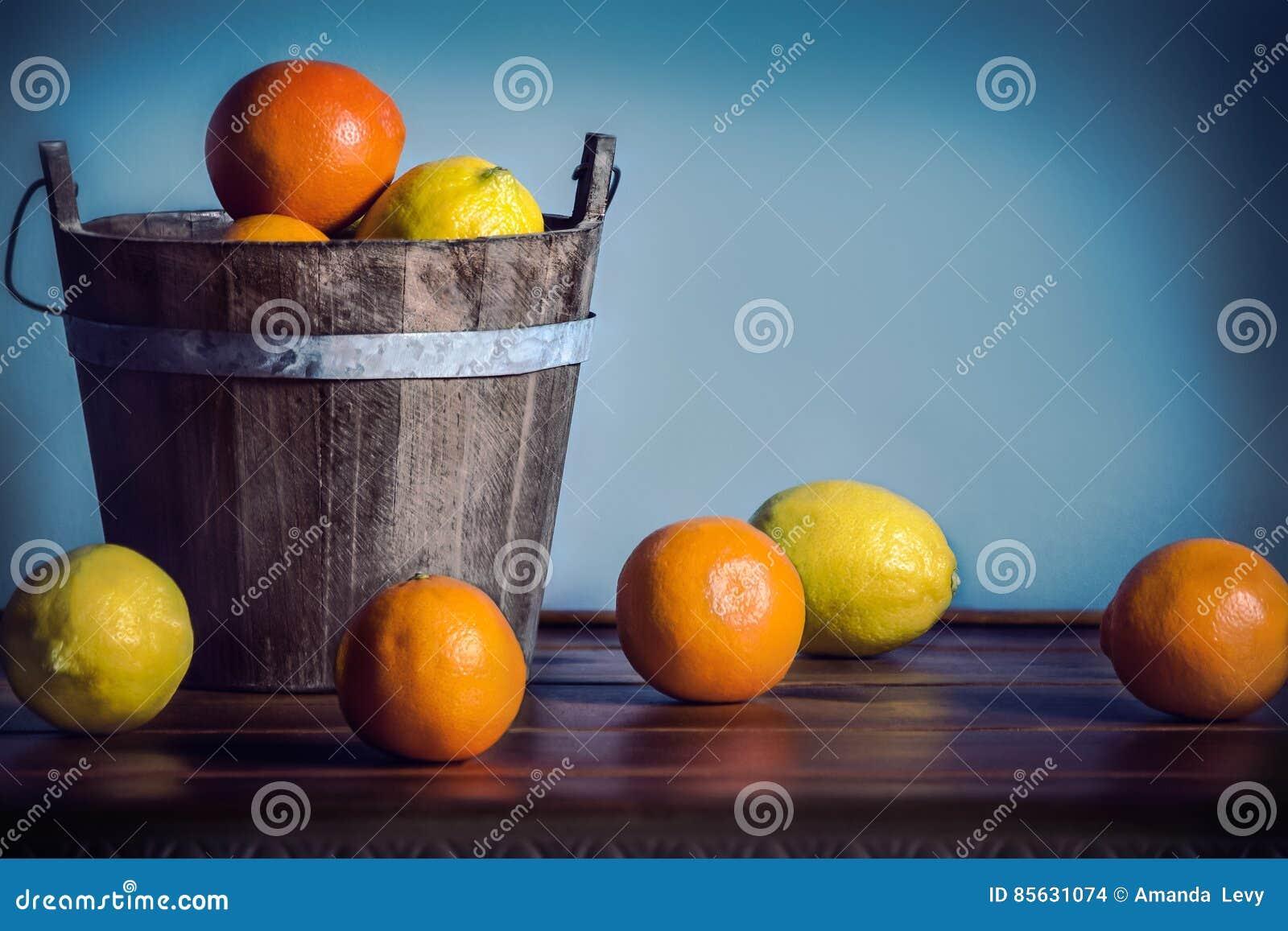 Citrusfrukt i en trähink
