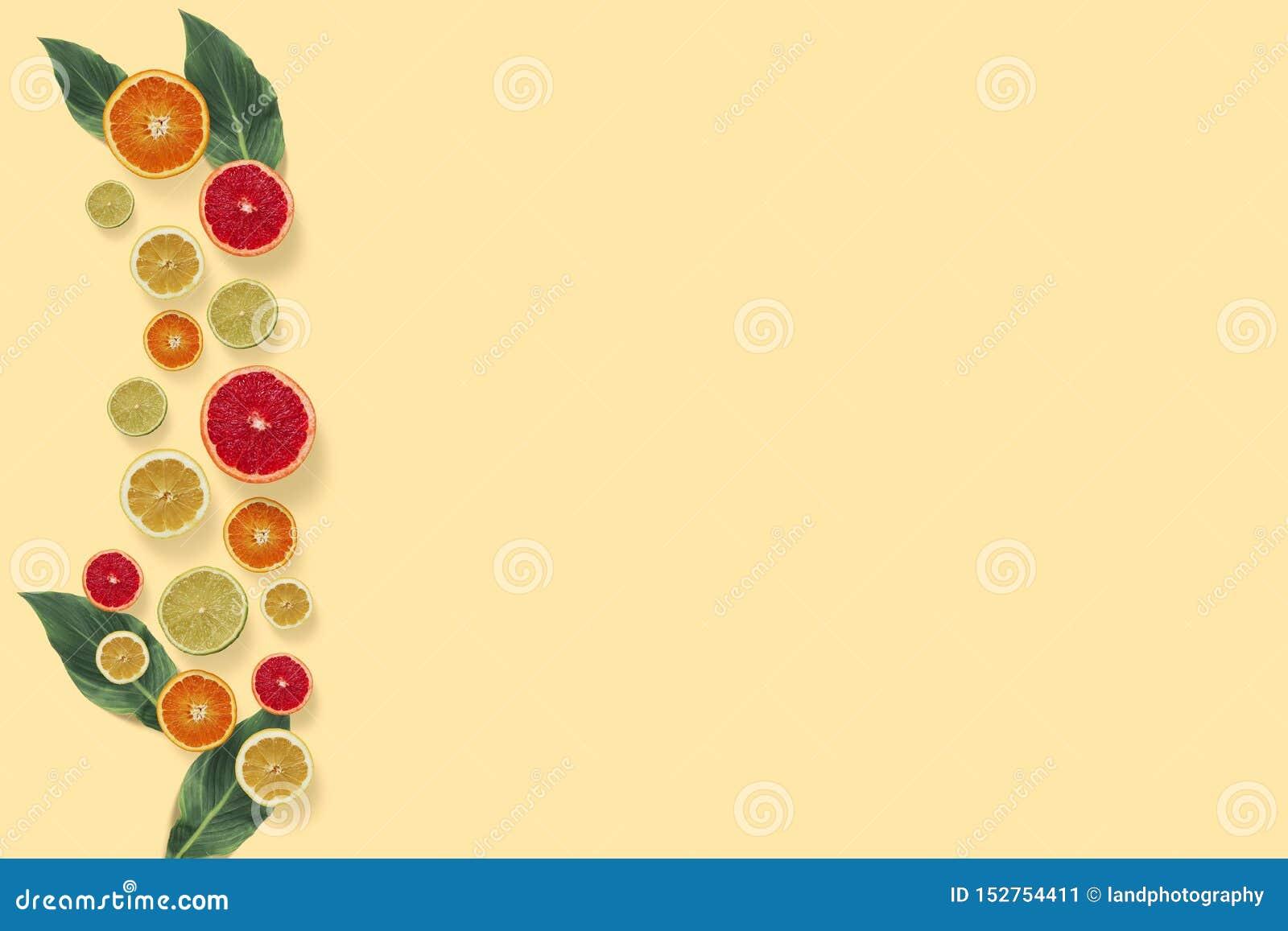 Citrusvruchten hoogste mening over de pastelkleur gele achtergrond
