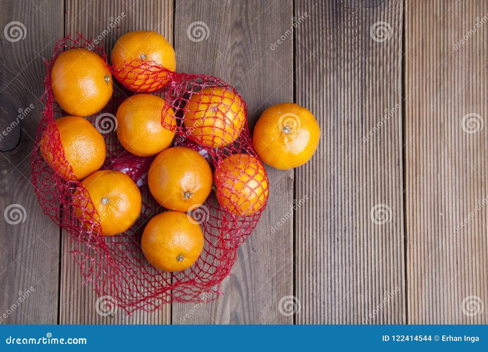 Citrusvruchtenmandarijn in Sinaasappelen in plastic netto zakpakket Geen plastic concept Verpakkend dat niet recycleert plastiek