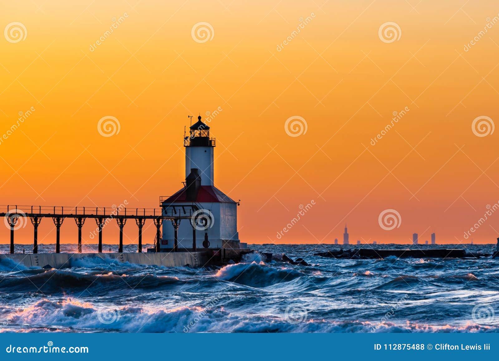 Città del Michigan, Indiana/U.S.A.: 03/23/2018/Washington Park Lighthouse ha bagnato in un bello tramonto con Chicago che la esam