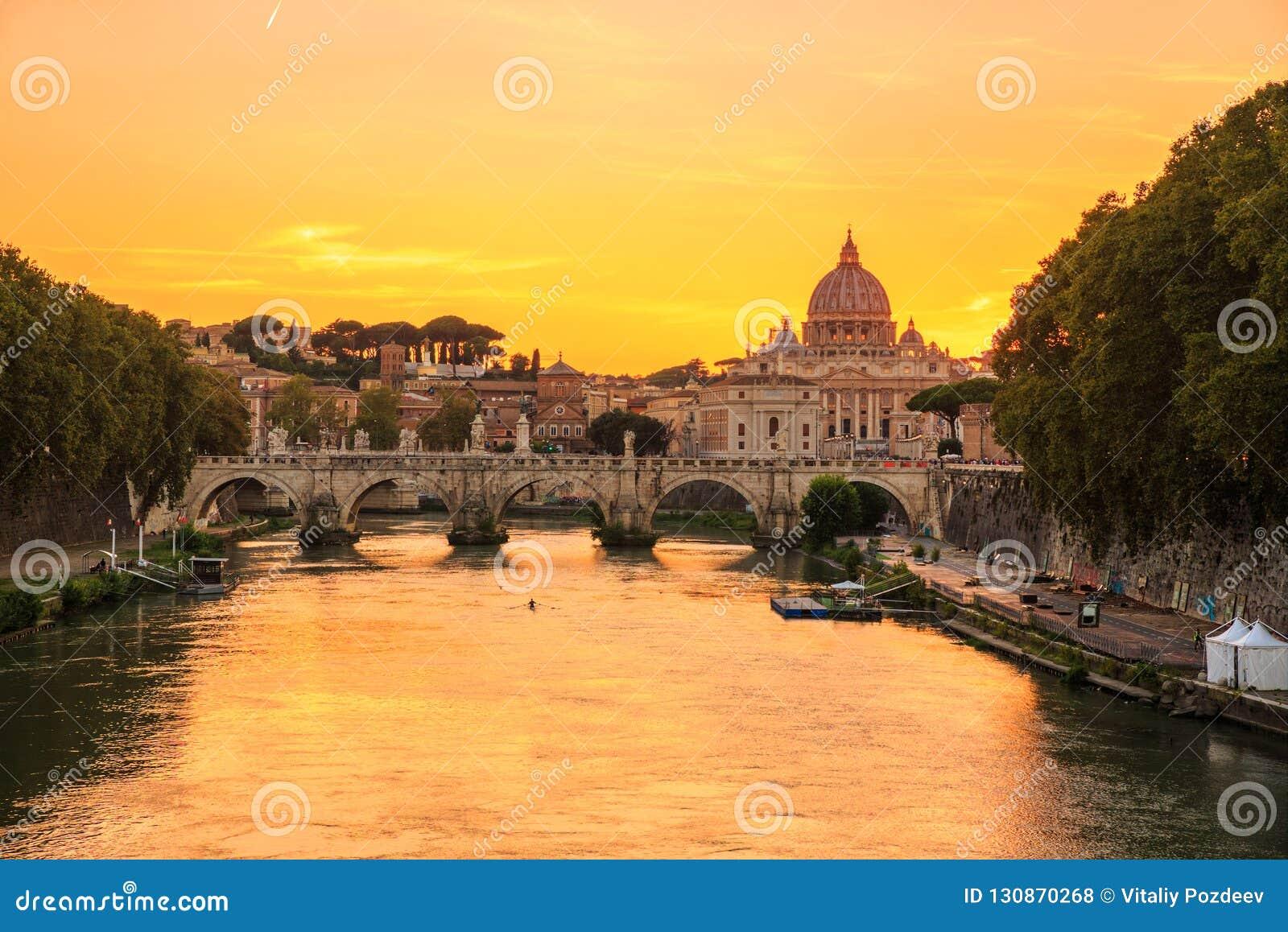 bf73fd420d Città del Vaticano, Roma, l'Italia, bello panorama vibrante di immagine di  notte della basilica del ` s di St Peter, st Angelo di Ponte e fiume del  Tevere ...