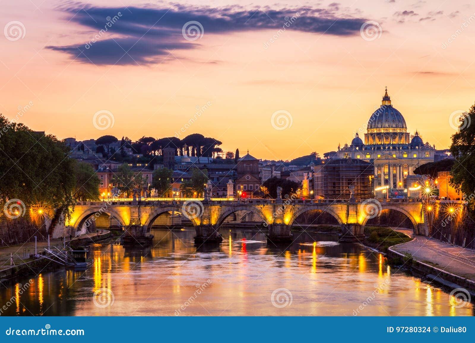 0147df99fb Città del Vaticano, Roma, l'Italia, bello panorama vibrante di immagine di  notte della basilica di St Peter, st Angelo di Ponte e fiume del Tevere al  ...