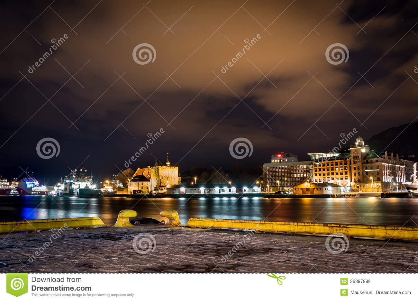 Download Città di Bergen alla notte fotografia stock. Immagine di città - 36887888