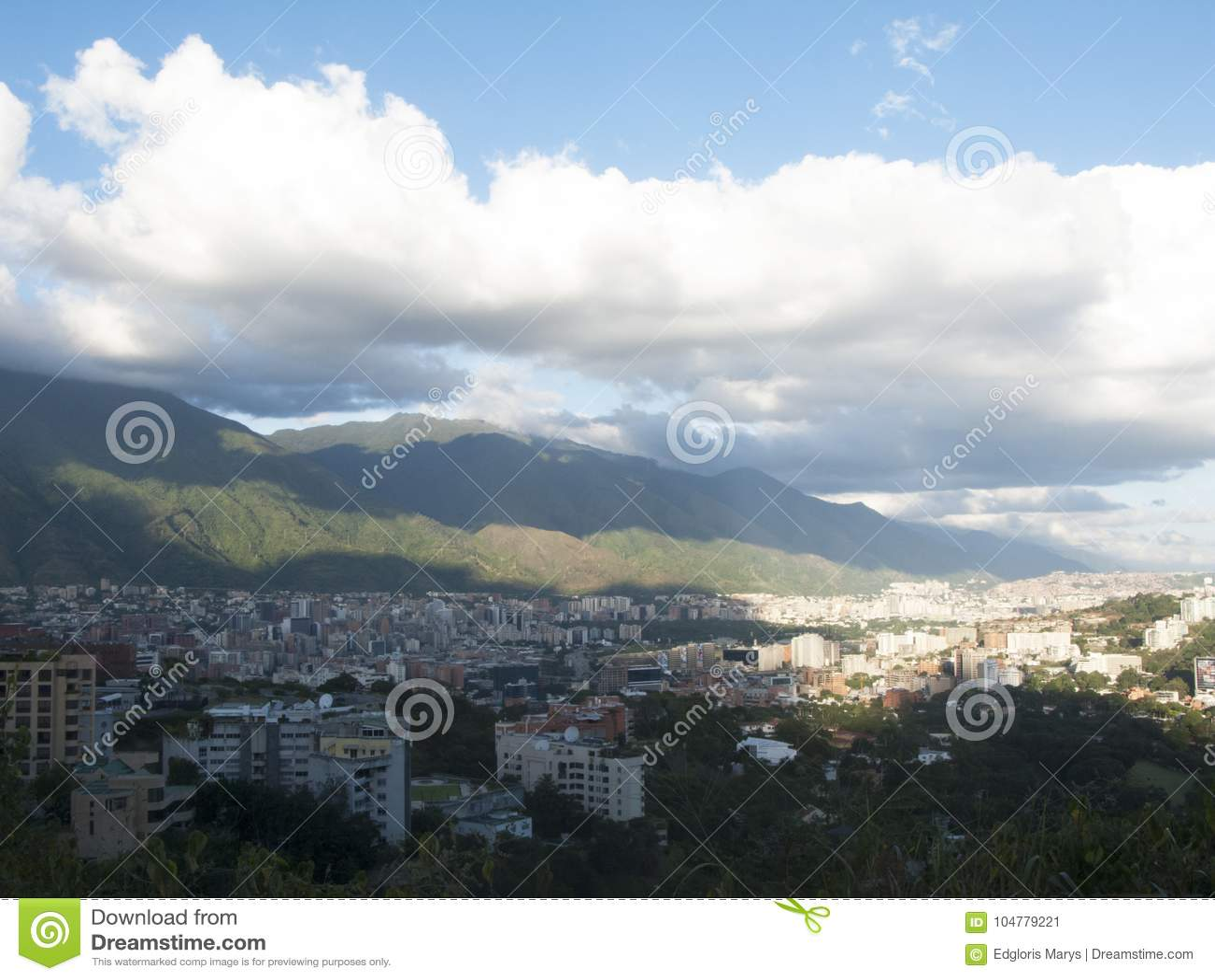 Città di Caracas con il EL Avila di Cerro nei precedenti