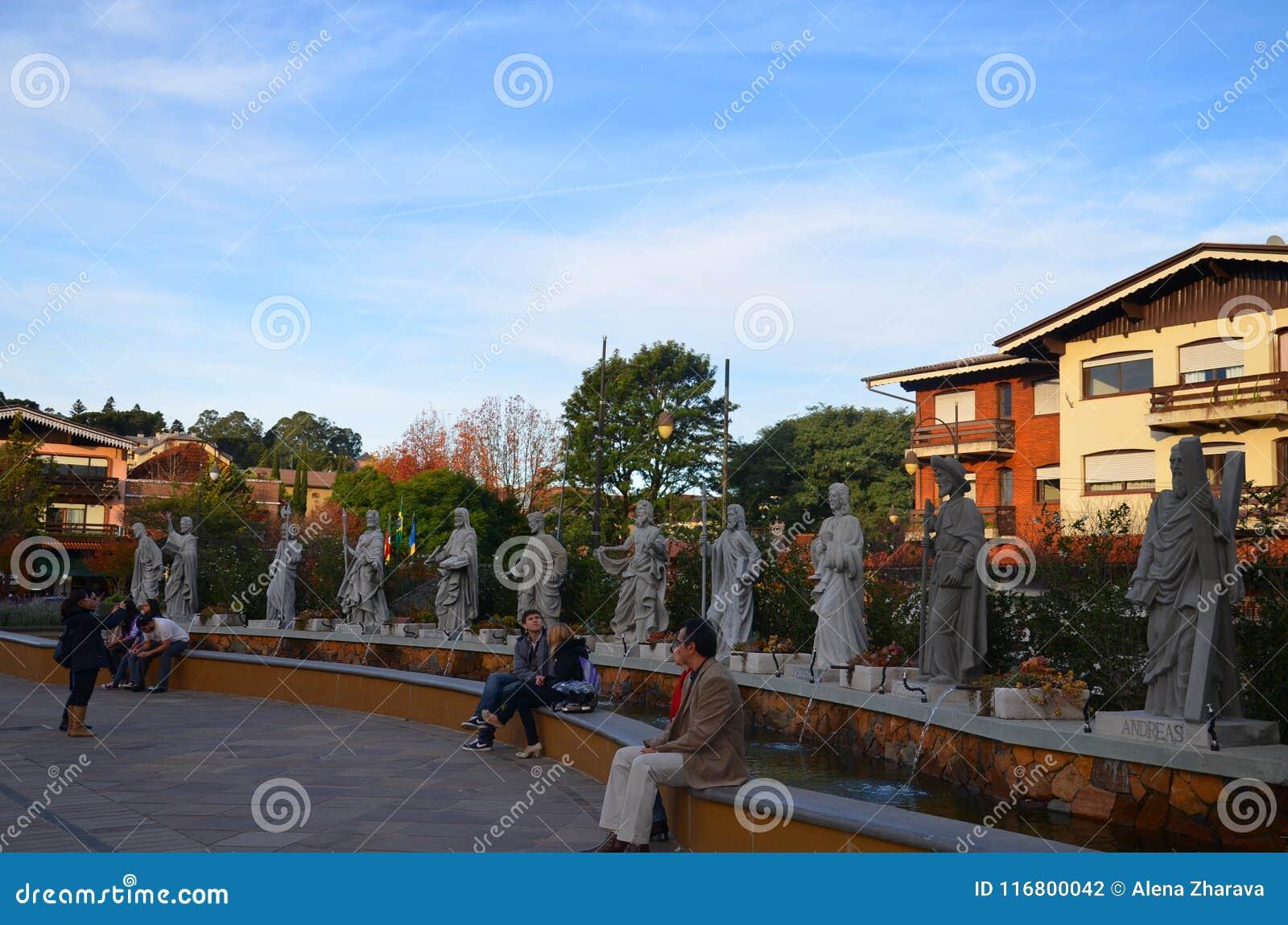 Città di Gramado, Rio Grande do Sul, Brasile: i turisti riposano prima del ` s Church Catedral de Pedra di St Peter