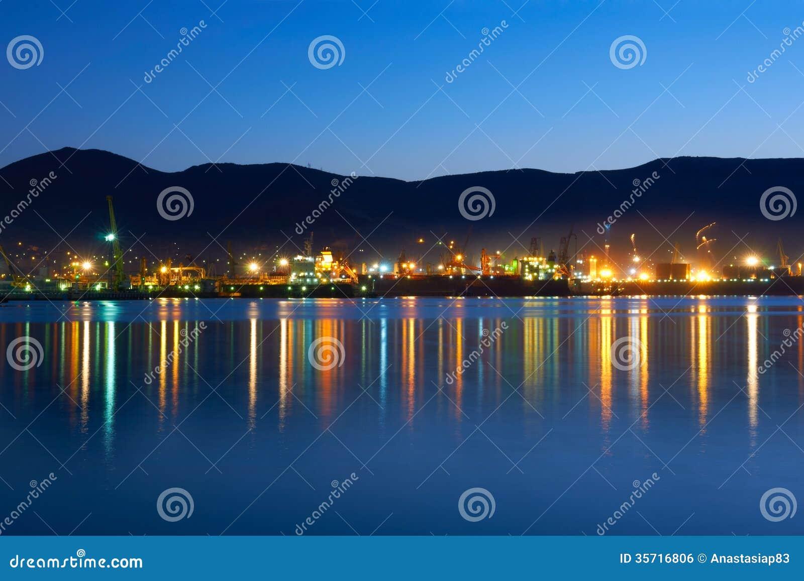 Città di industria alla notte