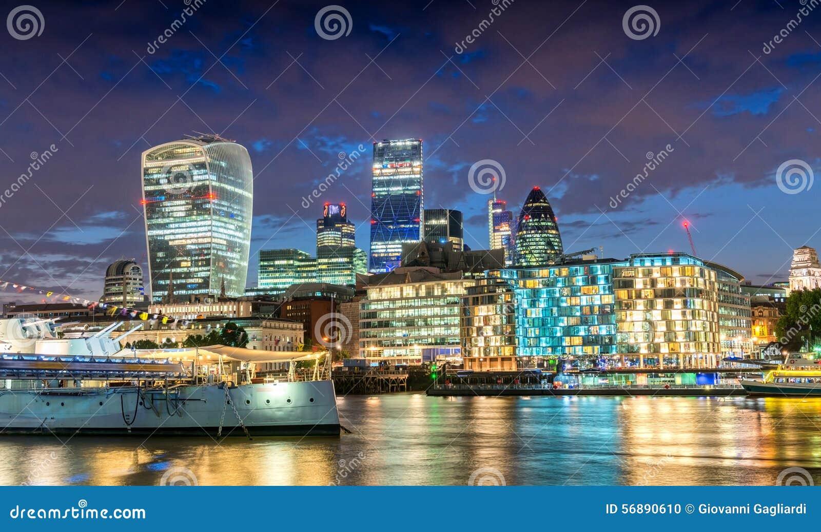 Città di Londra Orizzonte sbalorditivo al crepuscolo con il refle del Tamigi