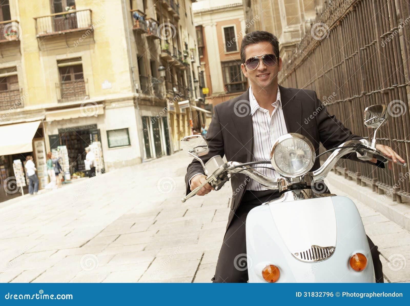 Città di Riding Scooter Through dell uomo d affari