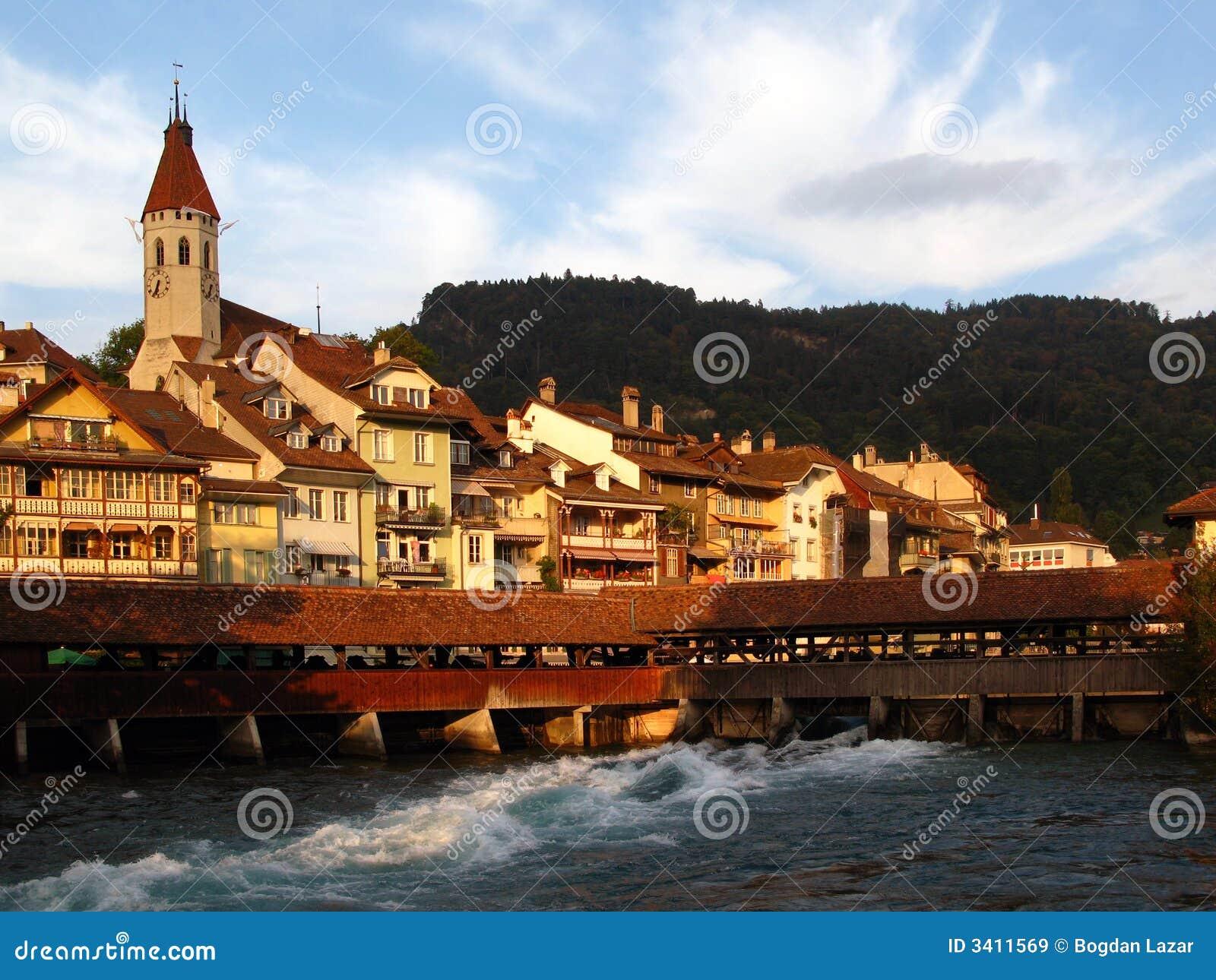 Citt di thun svizzera immagini stock libere da diritti for Foto di ville colorate