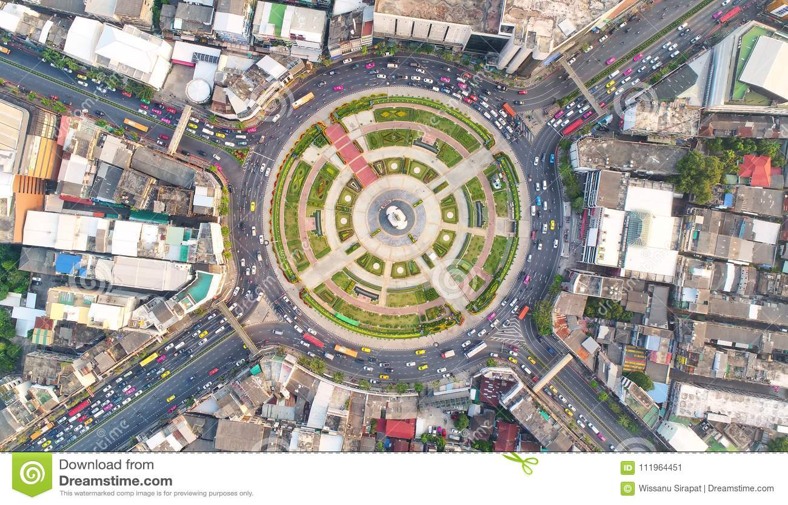 Città di vista superiore, strada di vista aerea, superstrada con i lotti dell automobile nella t