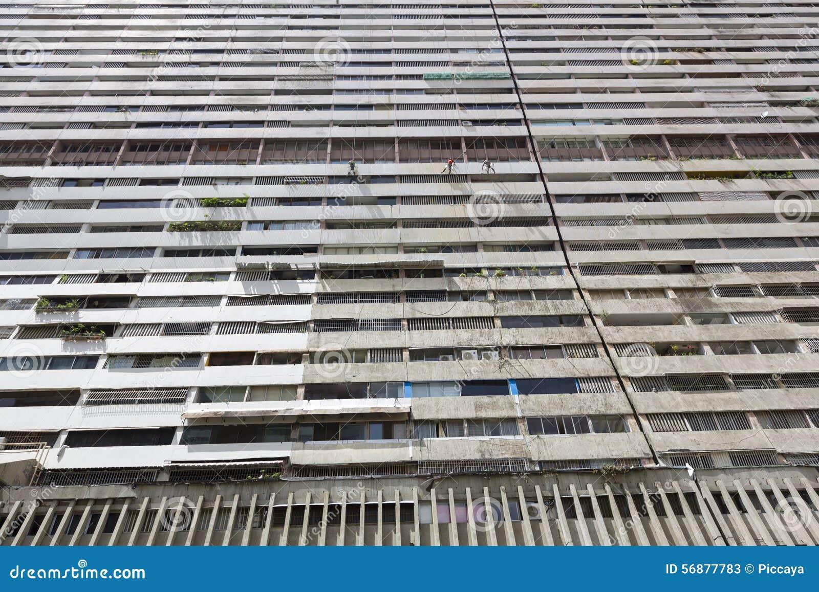 Città enorme dell edificio residenziale dentro di Caracas