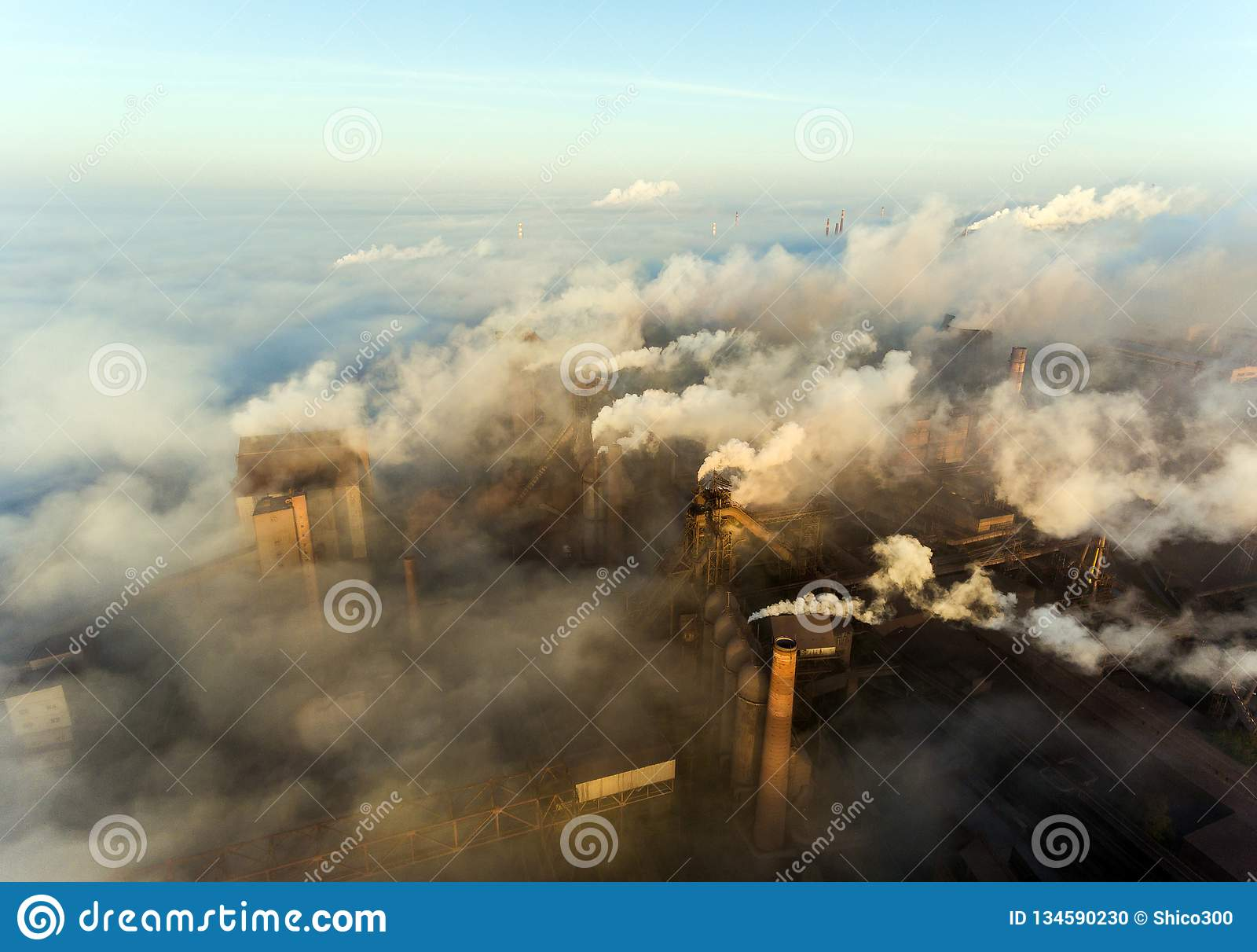 Città industriale di Mariupol, Ucraina, nel fumo degli impianti industriali e della nebbia all alba