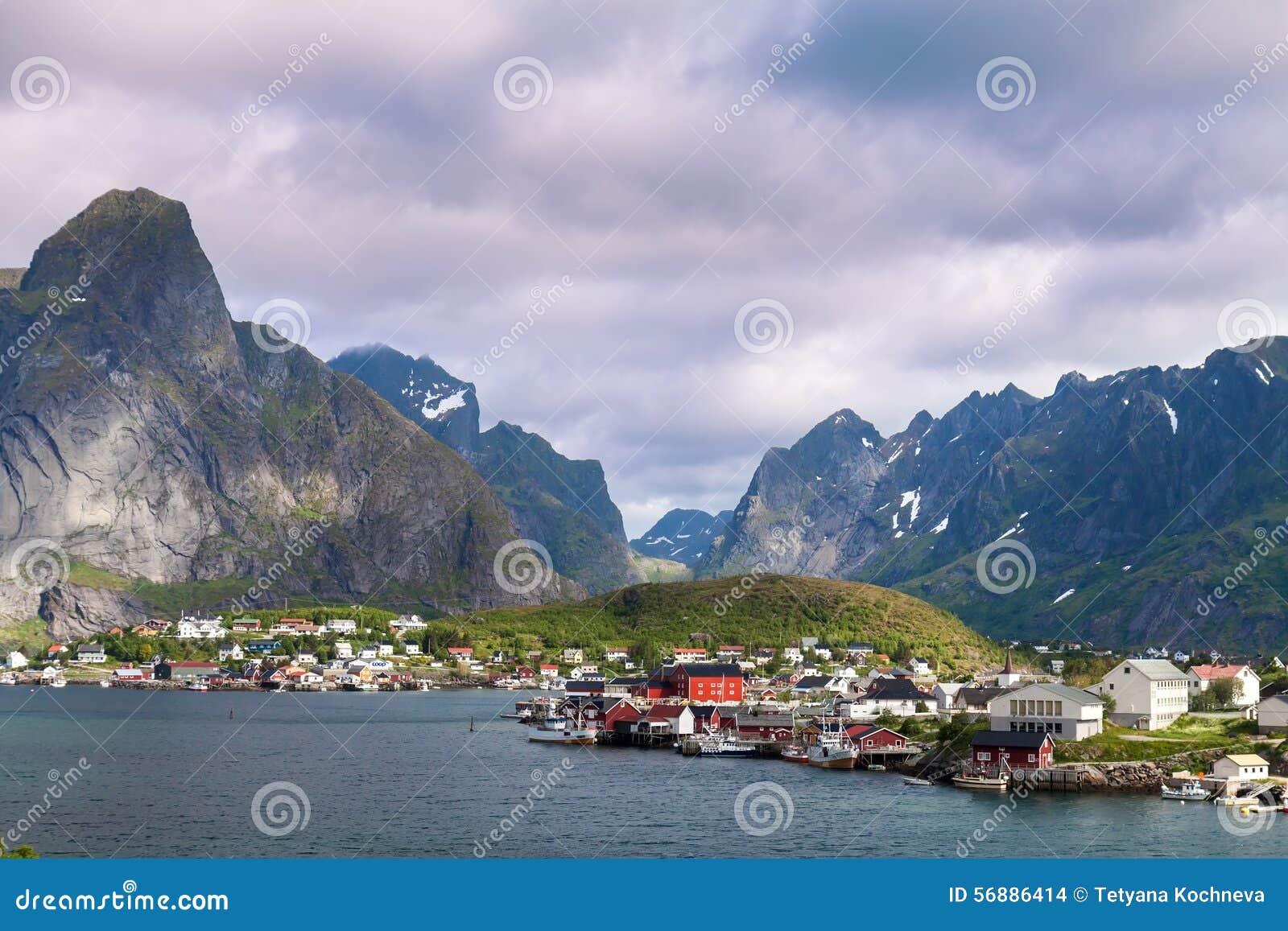 Città scenica del villaggio di Reine, isole di Lofoten, Norvegia