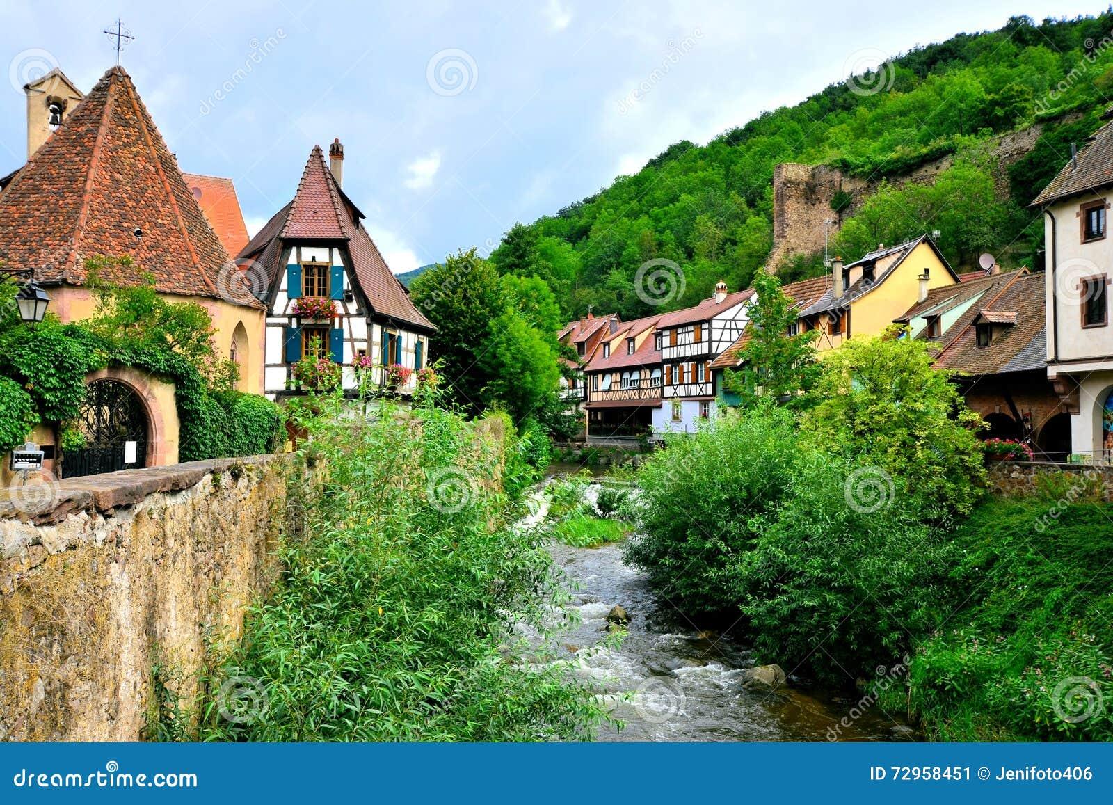 Città singolare di Kayserberg, l Alsazia, Francia con il canale