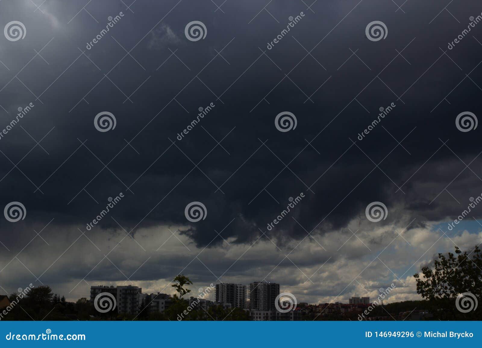Cityscape av den stora stormen över en stad i dunkel bakgrund luftförorening i en stad