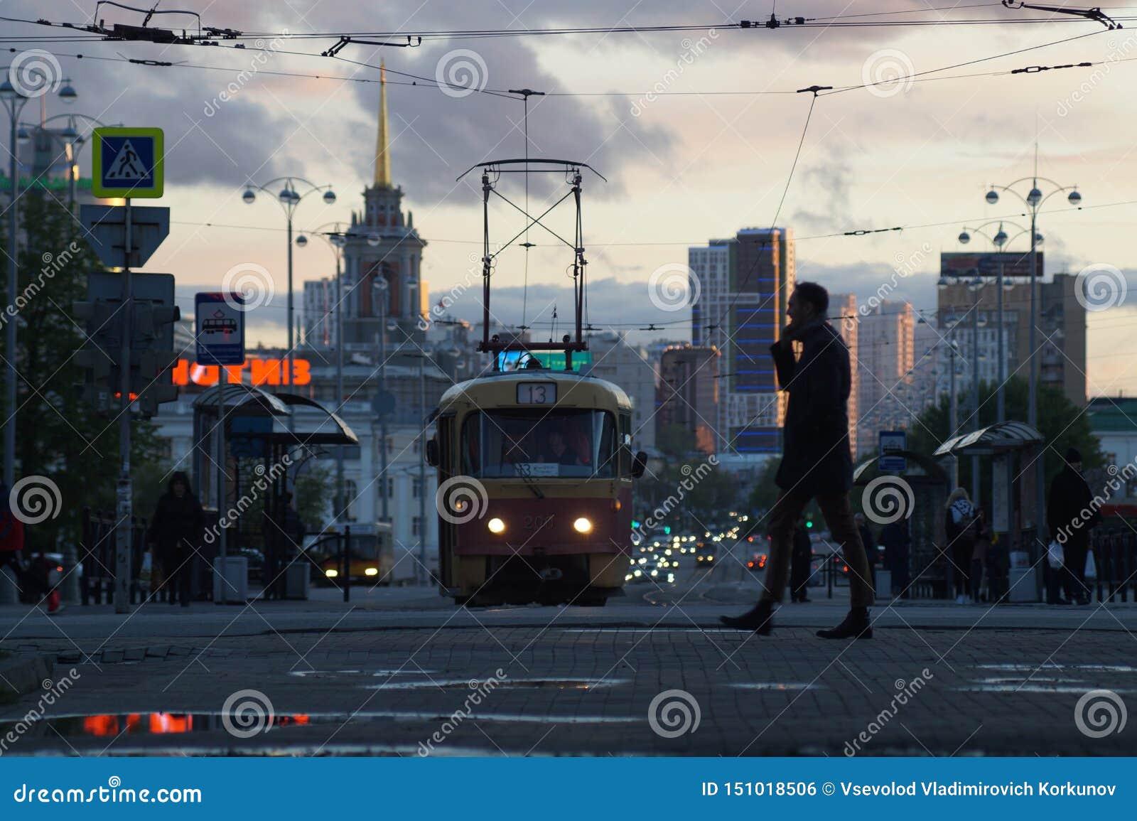 Cityscape Gasse, Pfützen, Wolken, Tram, Autos, Scheinwerfer