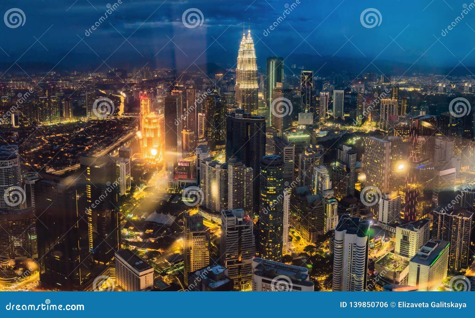 Cityscape Kuala Lumpur Panoramautsikt av Kuala Lumpur stadshorisont på natten som beskådar skyskrapor som bygger i Malaysia