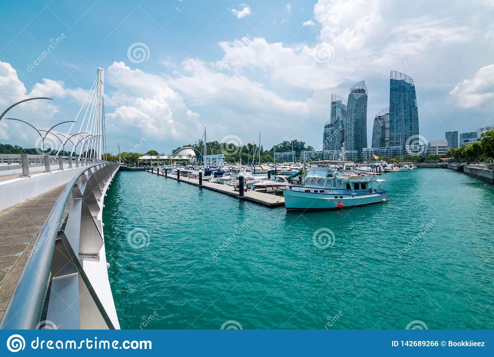 Cityscape met botenmening van Keppel-eiland in Singapore