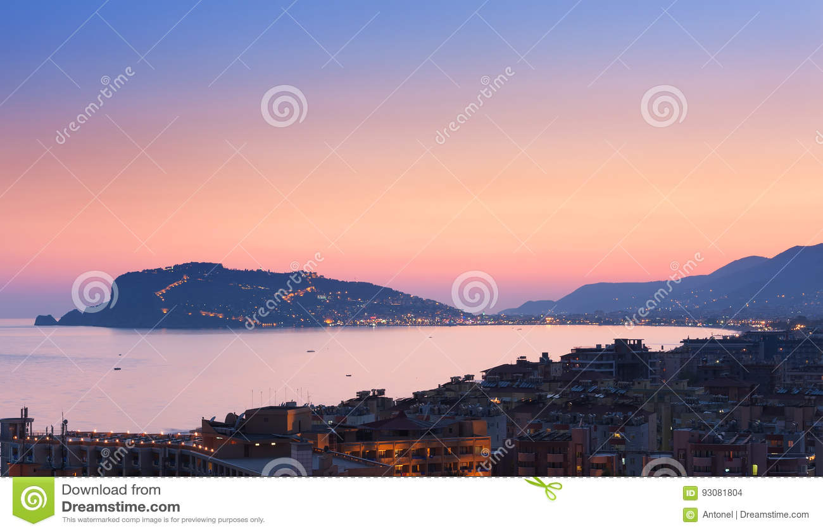 Cityscape van Alanya bij de zonsondergang, Turkije Bij het Schiereiland achtergrond van Alanya