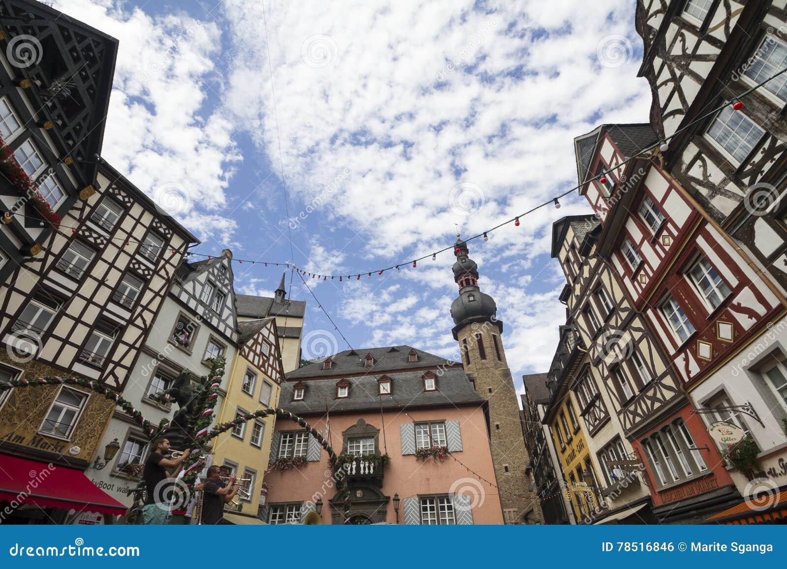 Restaurants In Huizen : Cityscape van cochem met zijn typische helft betimmerde huizen en