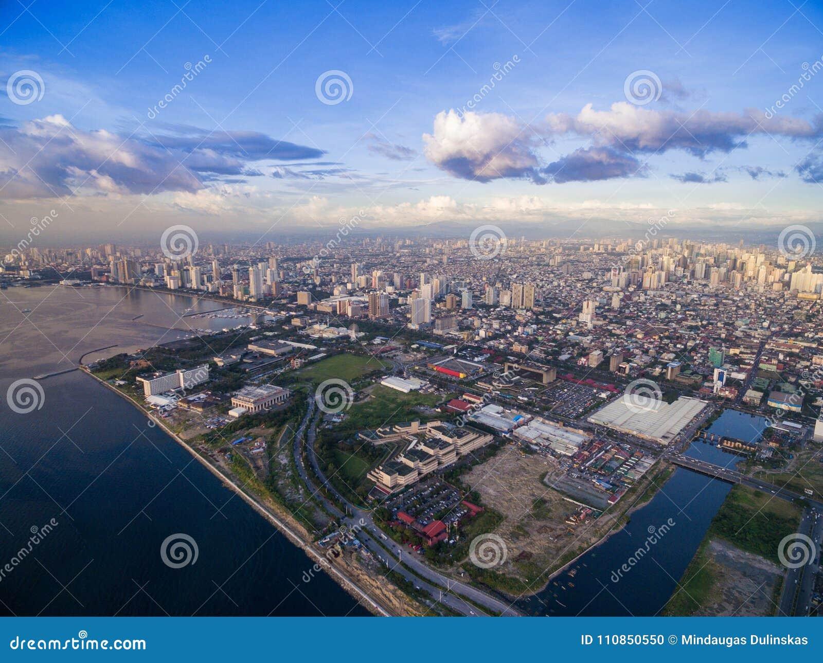 Cityscape van Manilla, Filippijnen Bay City, Pasay-Gebied Wolkenkrabbers op achtergrond