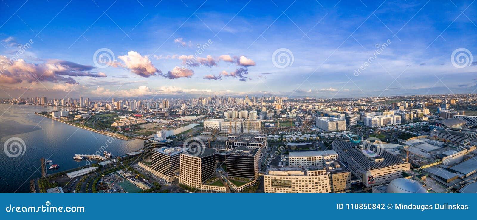 Cityscape van Manilla, Filippijnen Bay City, Pasay-Gebied Wolkenkrabbers op achtergrond Wandelgalerij van Azië in Voorgrond