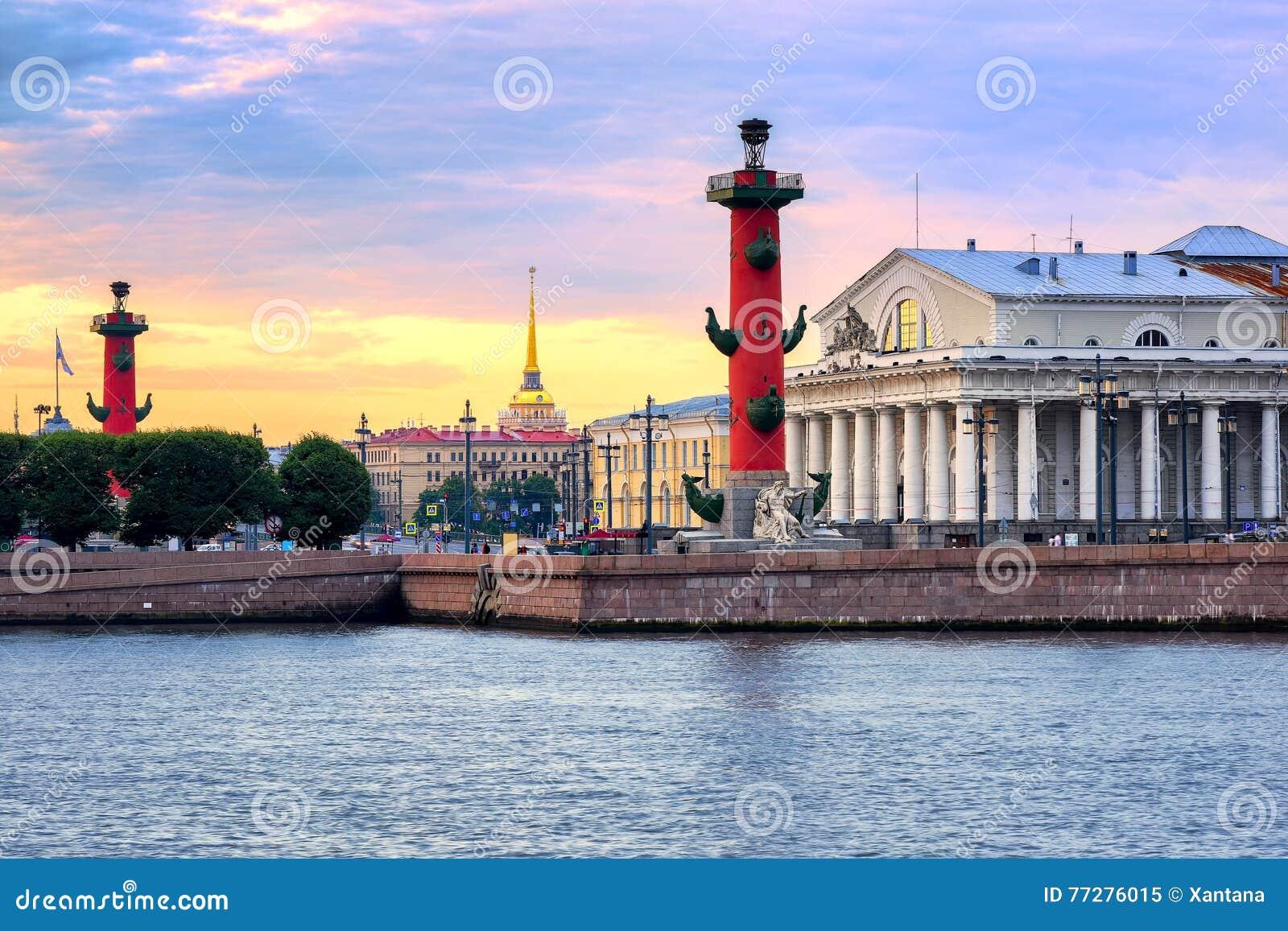 Cityscape van St. Petersburg, Rusland, op zonsondergang