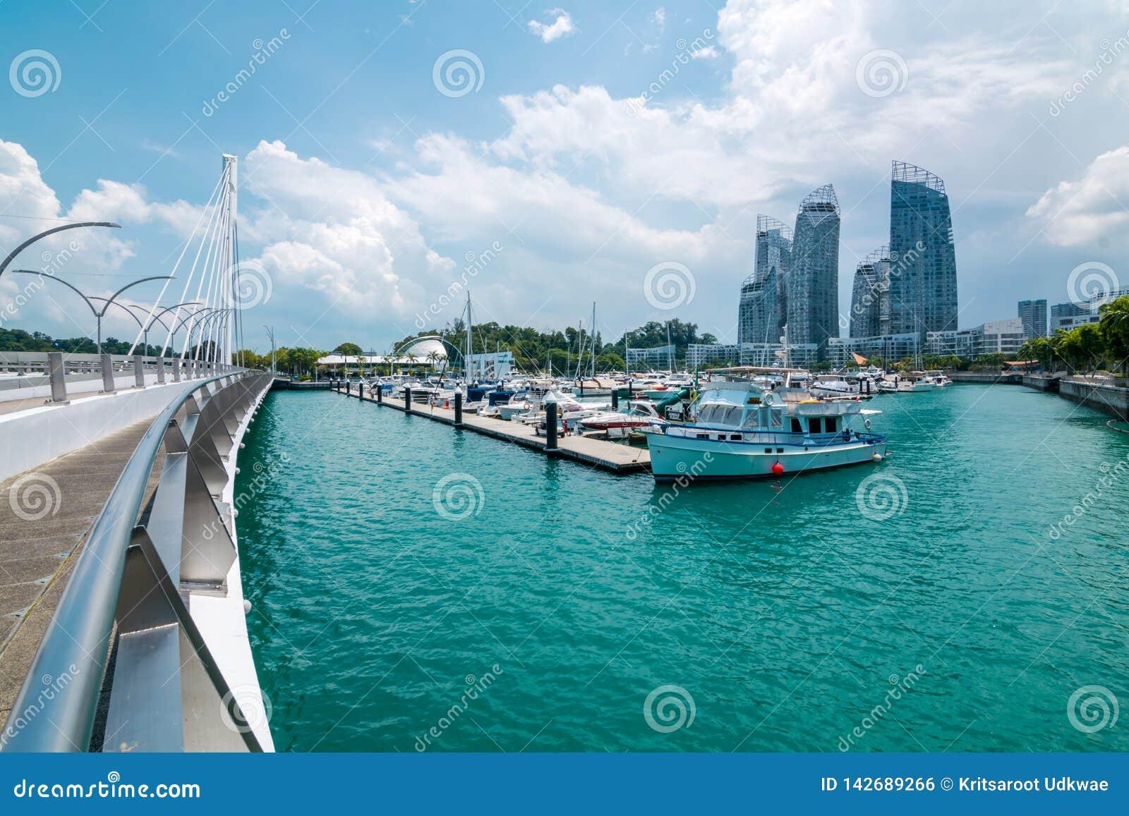 Cityscapen med fartygsikt av den Keppel ön i Singapore