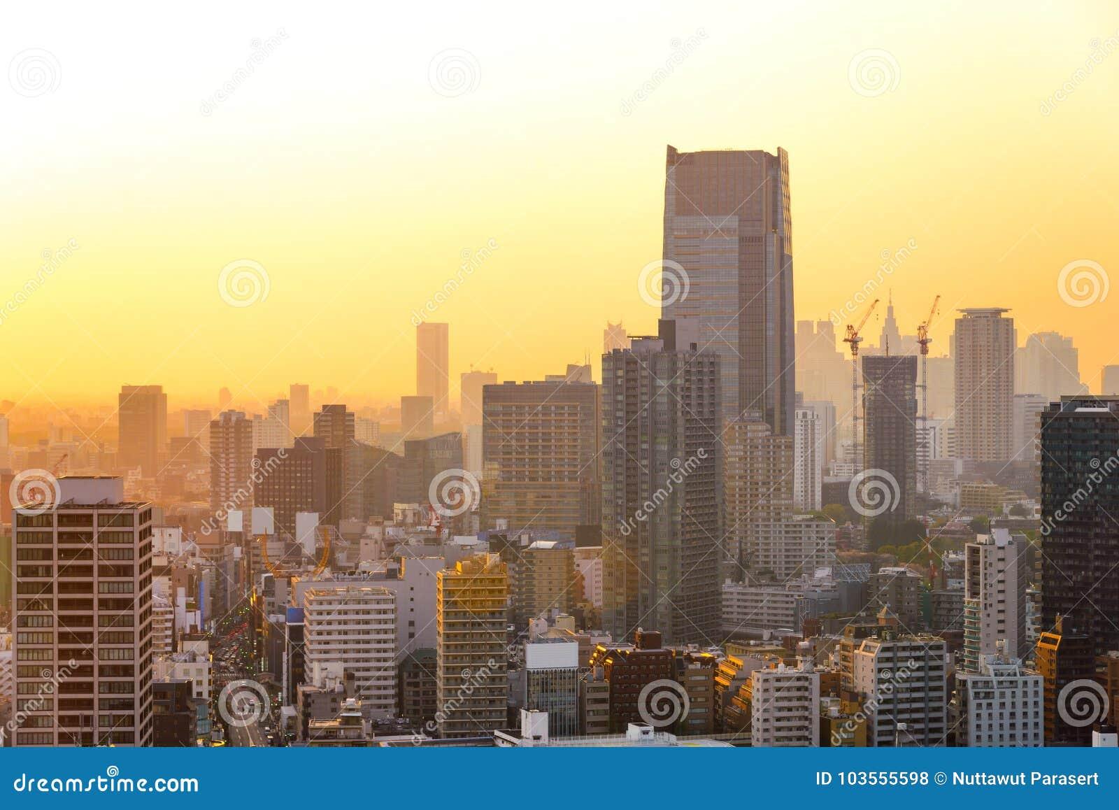 Cityscapes van de zonsondergang van Tokyo, mening van de stads de luchtwolkenkrabber van offic