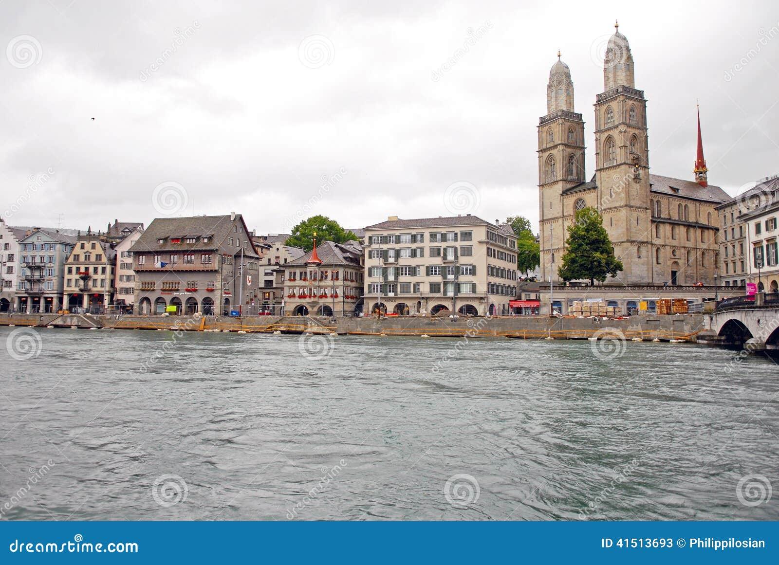 Cityscapesikt av den Grossmunster kyrkan i Zurich, Schweiz
