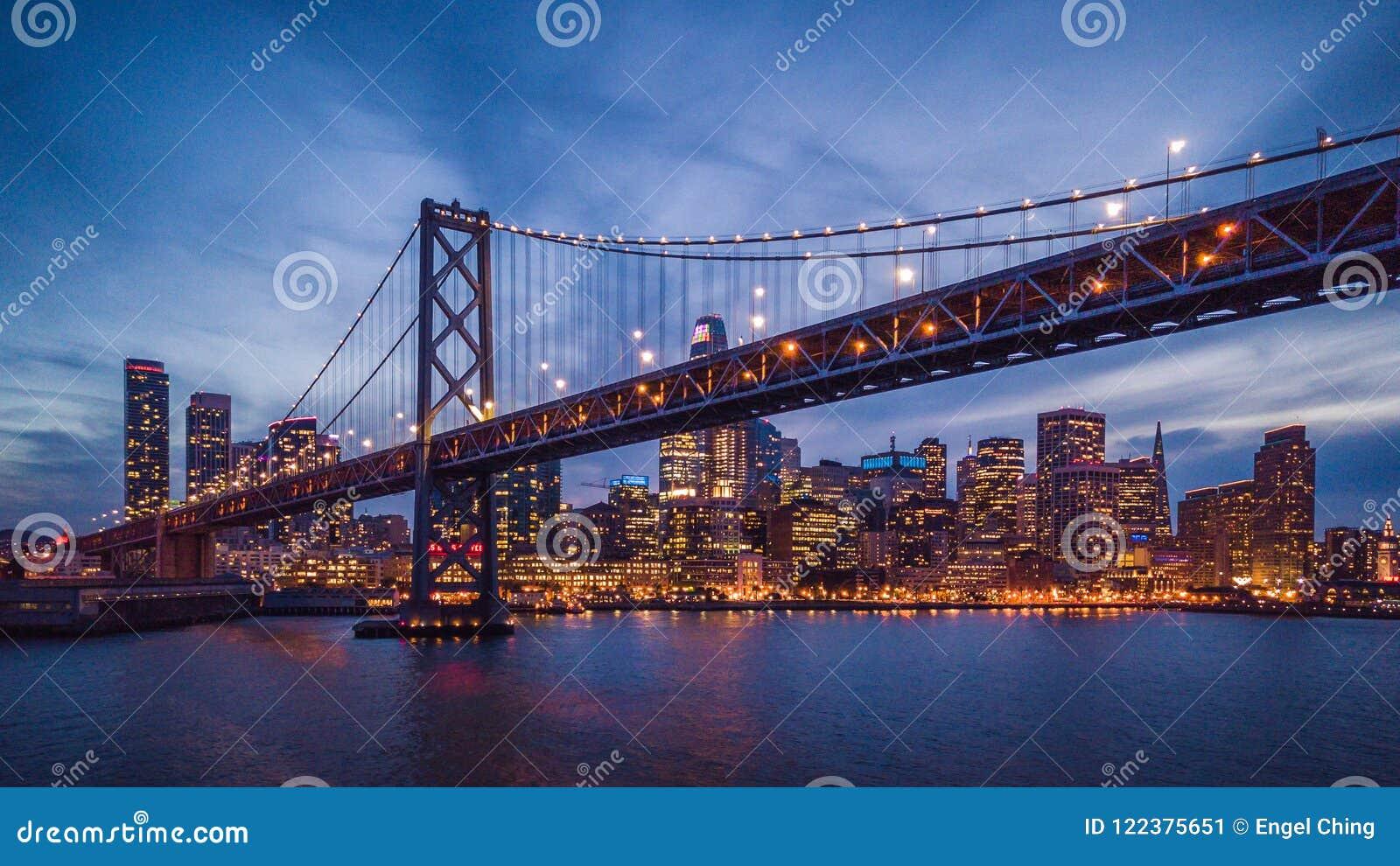 Cityscapesikt av San Francisco och fjärdbron på natten