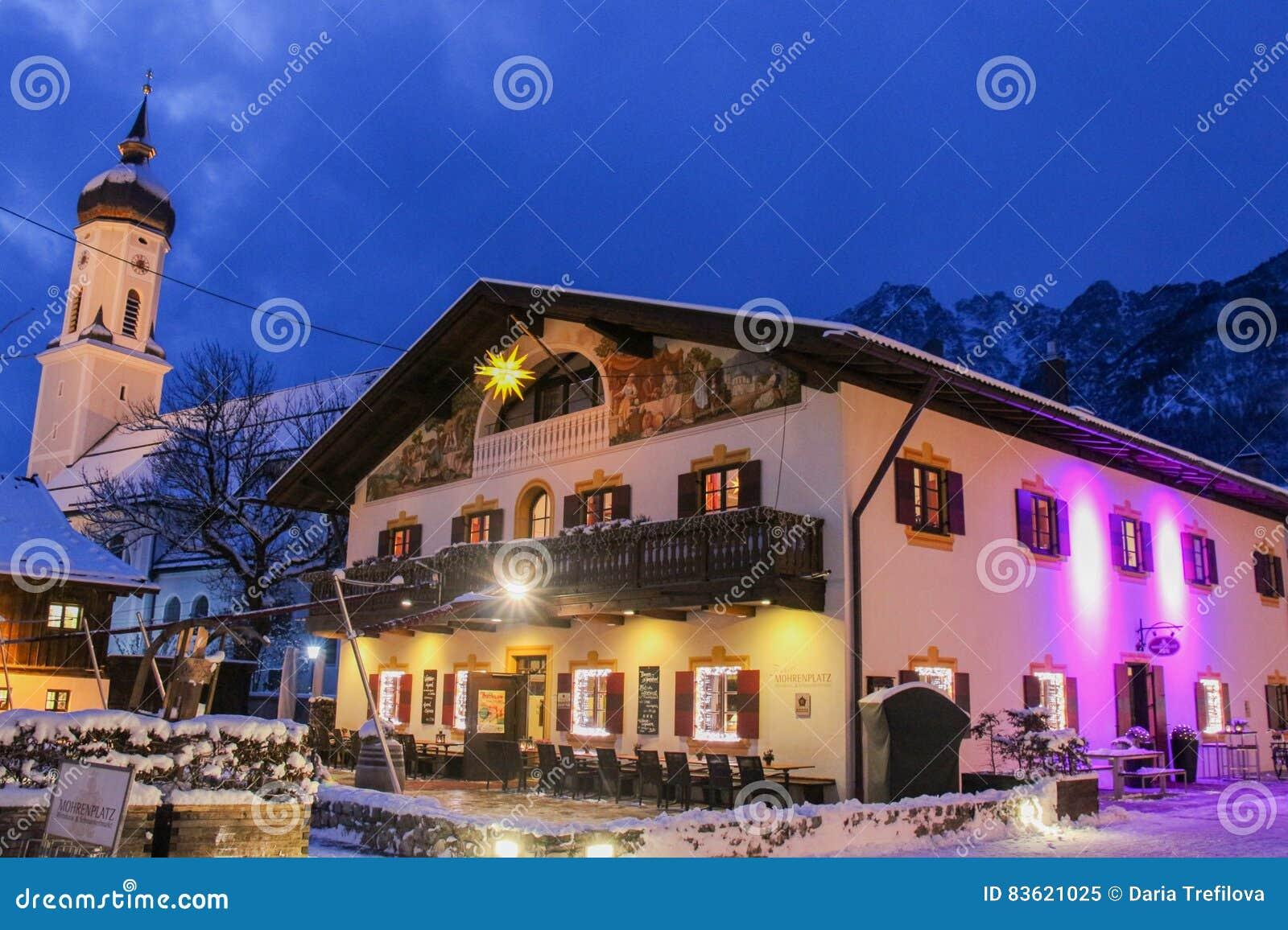 Ciudad alpina en la oscuridad Garmisch-Partenkirchen alemania