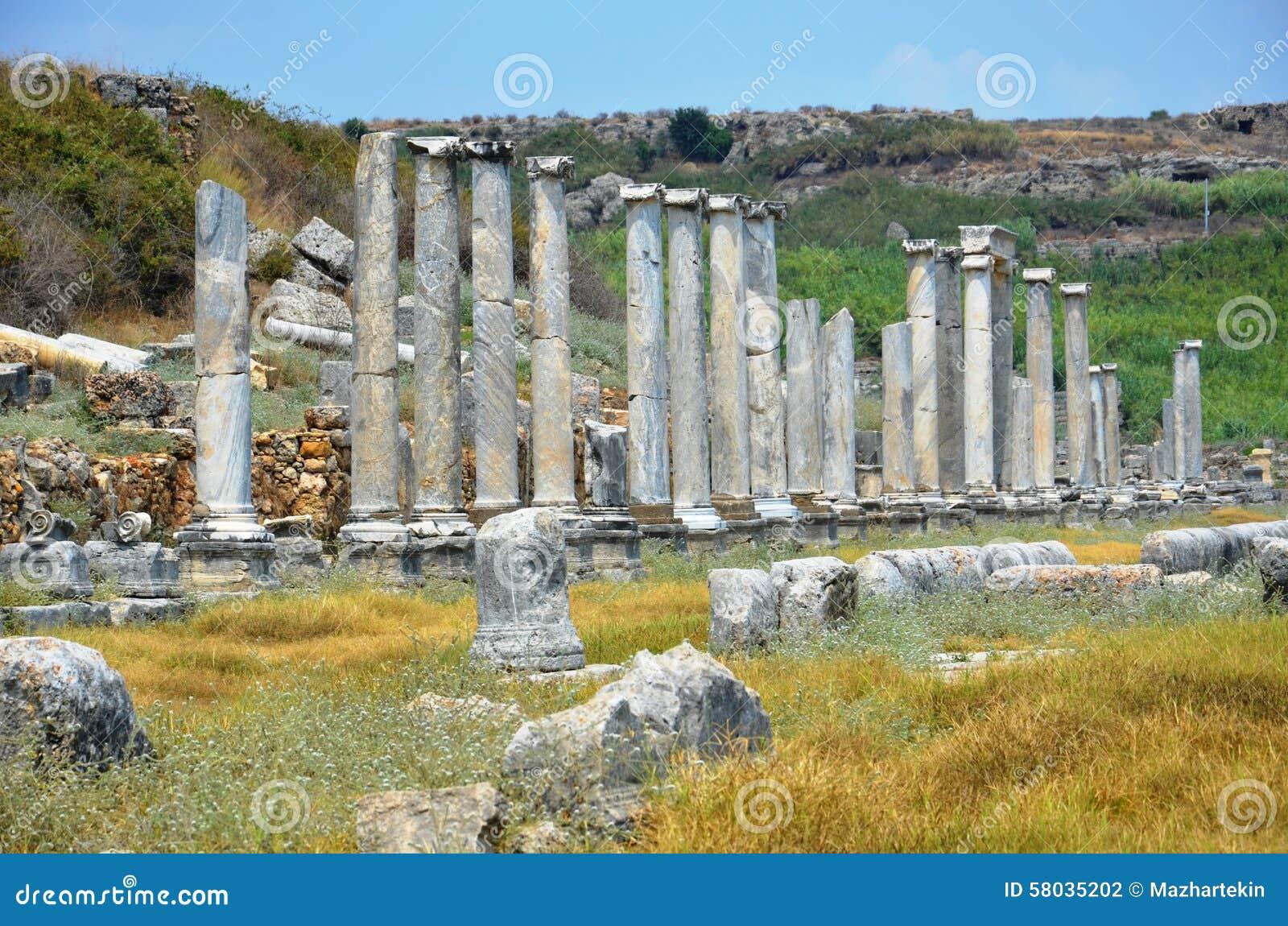 Ciudad antigua de Antalya Perge, el ágora, el imperio romano antiguo, espacio vital, pilares espectaculares e historia