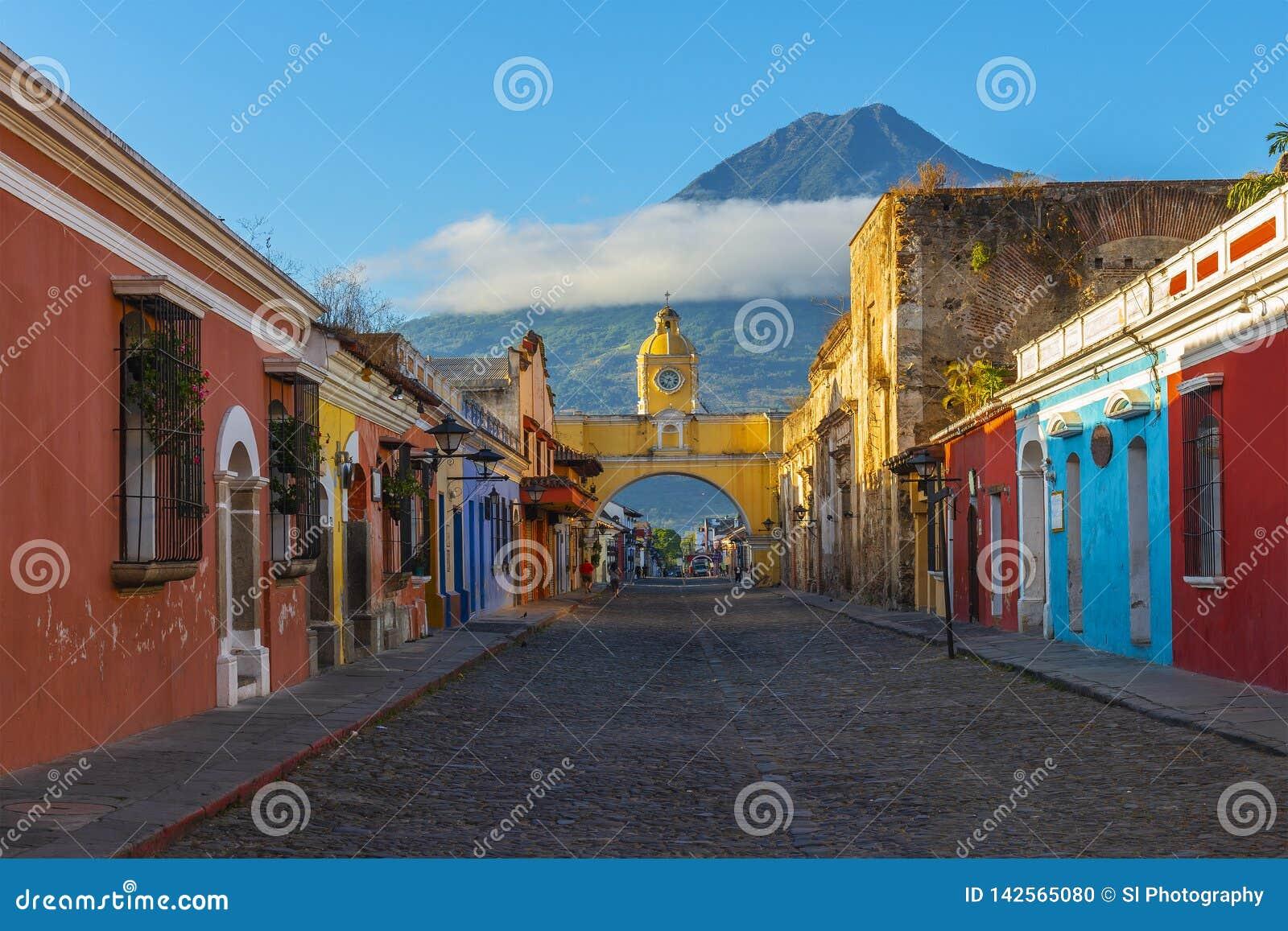 Ciudad de Antigua en la salida del sol con el volcán del Agua, Guatemala
