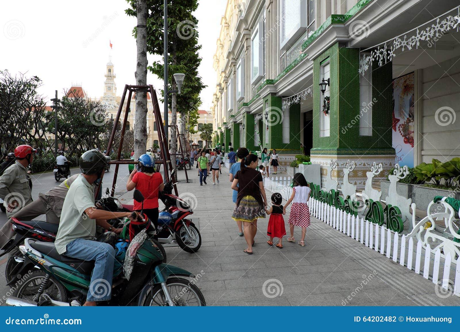 Ciudad de Ho Chi Minh, calle que camina, estación de la Navidad