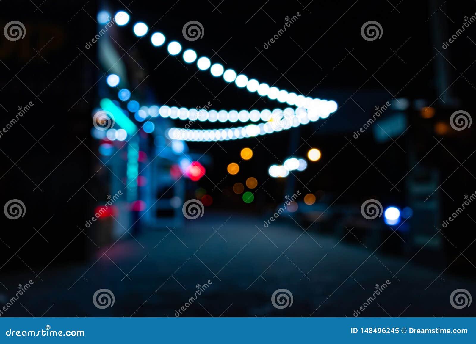 Ciudad de la noche con las linternas
