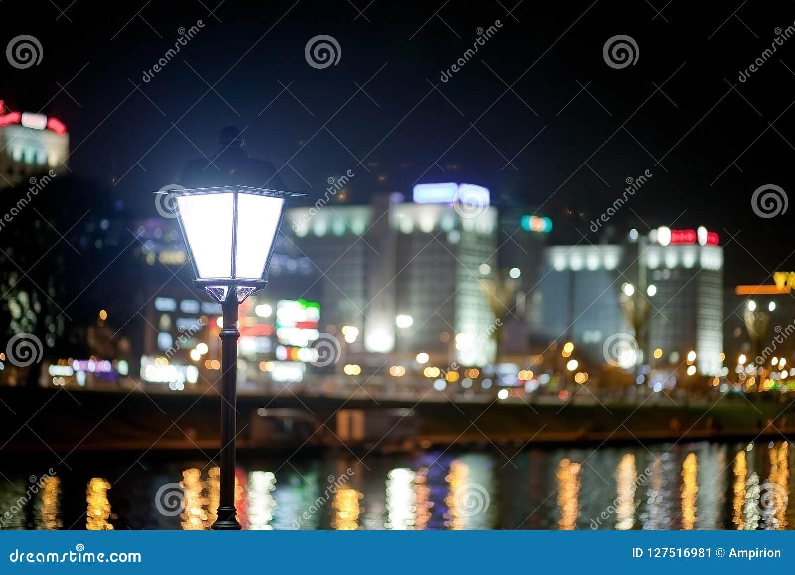 Ciudad de la noche por el río Hermosa vista de la metrópoli para el fondo, Bielorrusia, Minsk, calle de Nemiga