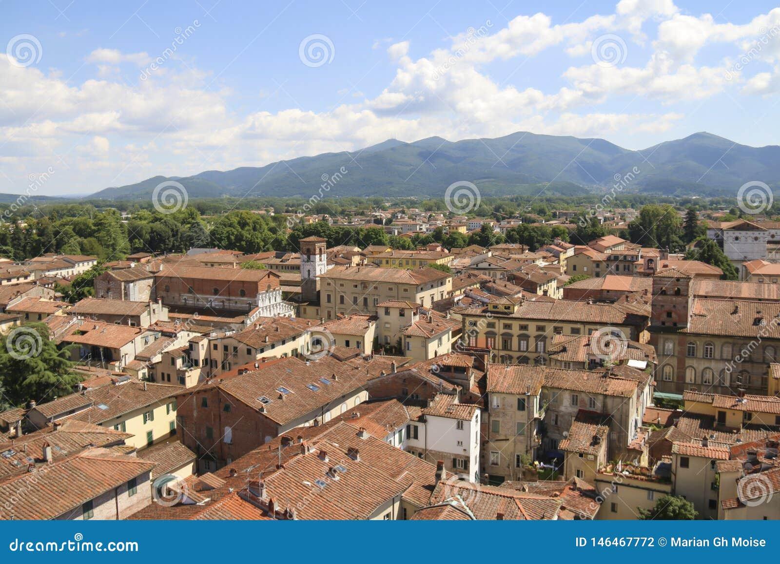 Ciudad de Lucca, opinión de Toscana de la torre Guinigi