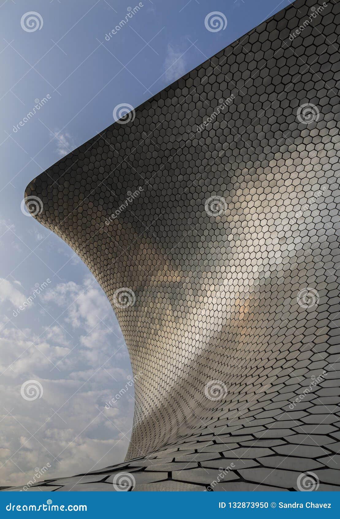 CIUDAD DE MEXICO - MEXICO: NOVEMBER 2016: Soumaya Museum en av symbolerna av staden som ses från ett olikt perspektiv