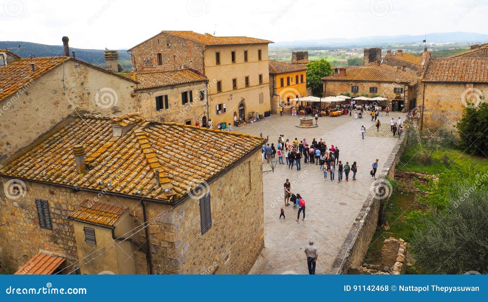 Ciudad de Monteriggioni con el fondo del cielo azul