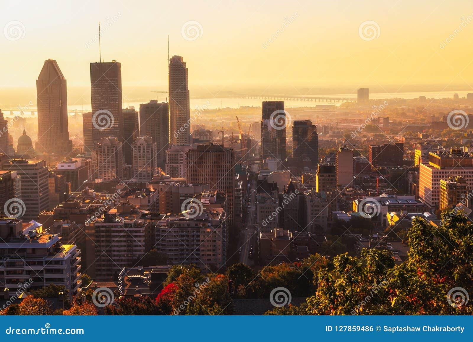 Ciudad de Montreal en la salida del sol