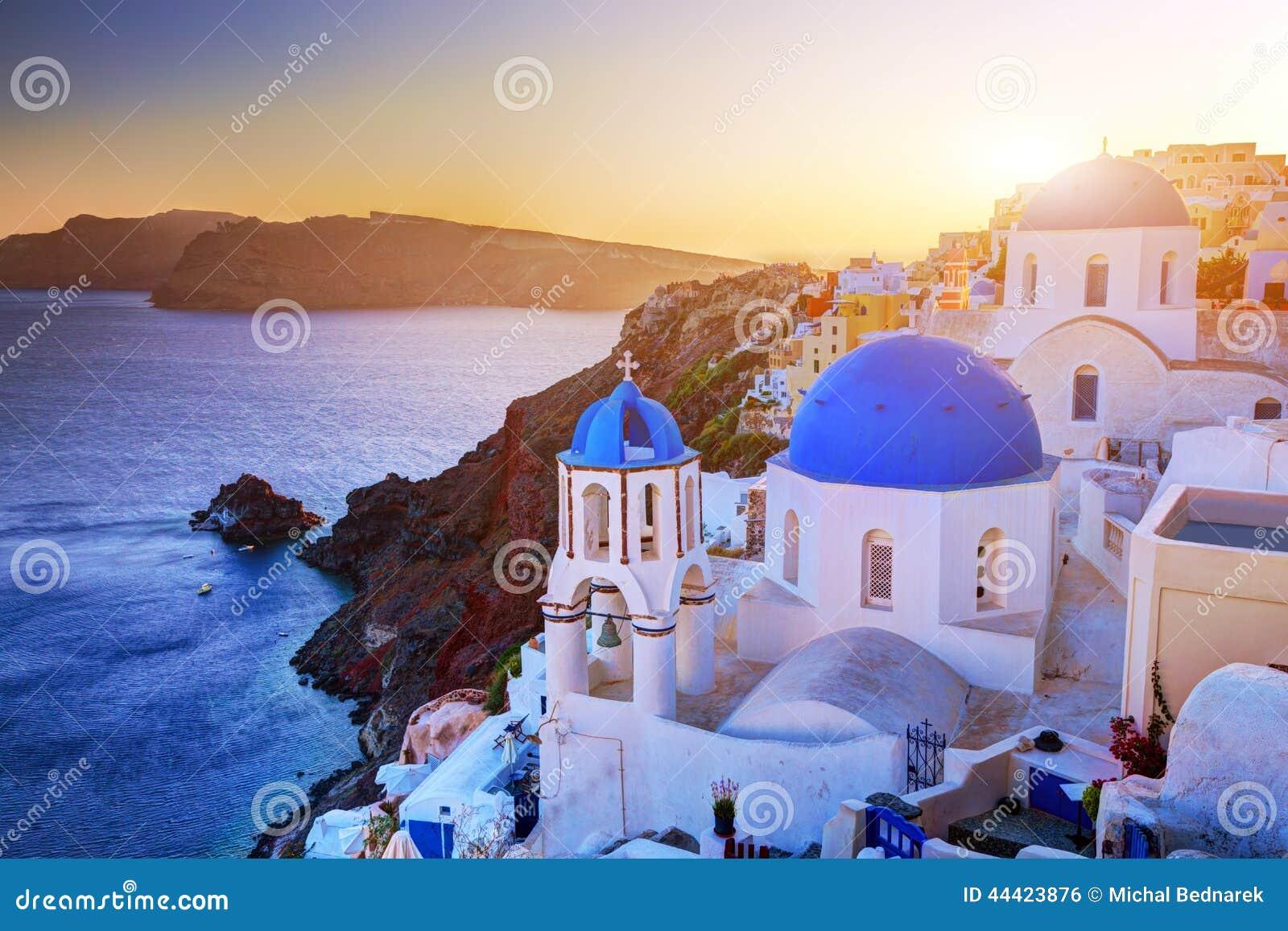 Ciudad de Oia en la isla de Santorini, Grecia en la puesta del sol Rocas en el Mar Egeo