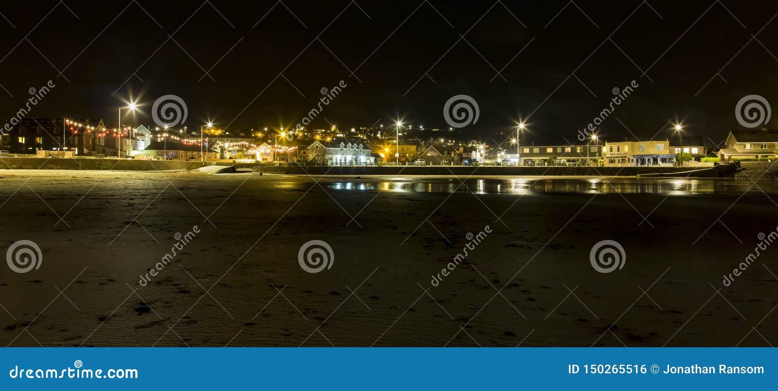 Ciudad de Perranporth por la playa en Misty Night