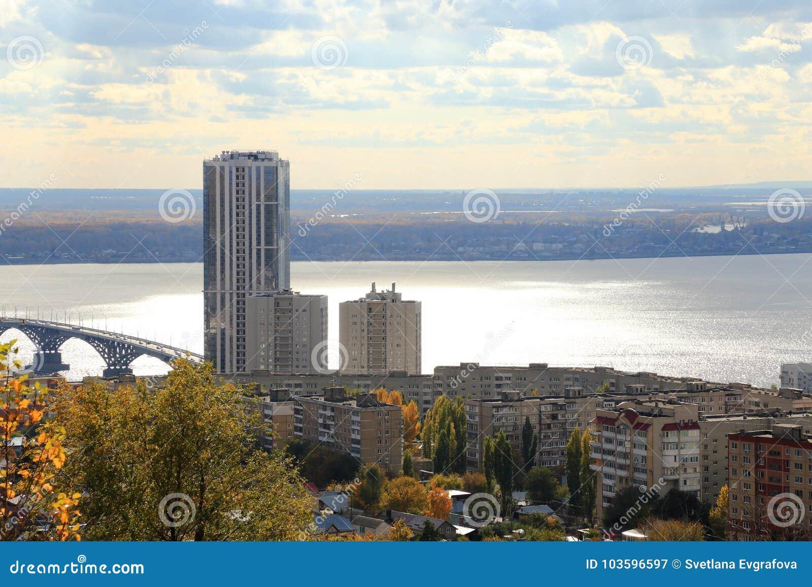 Ciudad de Saratov Puente sobre el Volga, Saratov-Engels, Rusia Visión desde la montaña de Sokolovaya